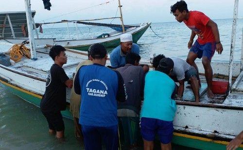 PETAKA: Warga mengangkat mayat nelayan yang tewas pasca tabrakan di perairan Masalembu.
