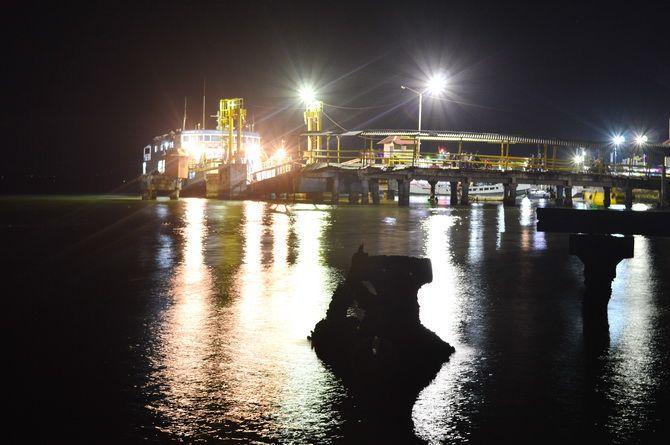 GELAP: KM Satya Kencana berlabuh di Pelabuhan Kalianget, Sumenep, Minggu malam (25/8).