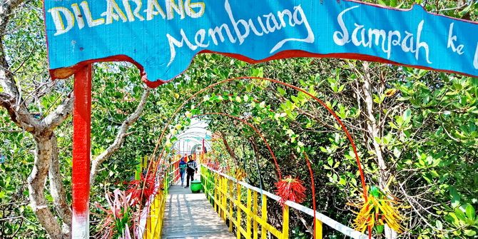 TUTUP: Warga menikmati keindahan Pantai Talang Siring, Desa Montok, Kecamatan Larangan, kemarin.