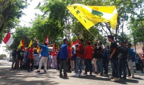 SUARAKAN ASPIRASI: Massa berkumpul di depan Kantor DPRD Sampang.