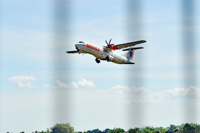 BURUNG BESI: Pesawat Wings Air lepas landas dari Bandara Trunojoyo, Sumenep, kemarin.