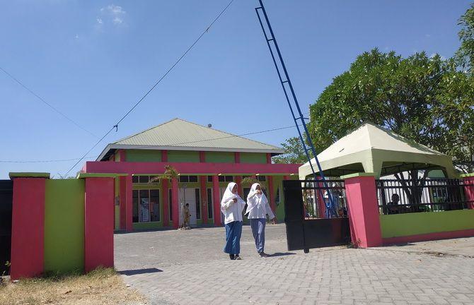 TERIK: Siswa SMKN 2 Sampang keluar dari pintu gerbang sekolah kemarin.