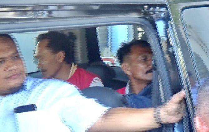 LANGSUNG DITAHAN: Tersangka Mastur dan Nuriman dibawa ke Rutan Kelas II-B Sampang kemarin.