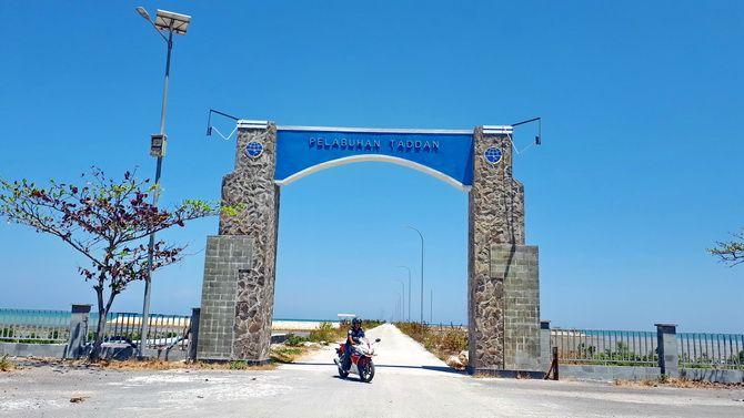 CERAH: Petugas Pelabuhan Taddan Ainur Rafiq usai mengontrol pelabuhan kemarin.