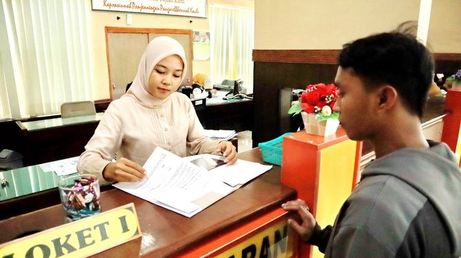 BERI PELAYANAN: Pegawai UPT PDPP Bangkalan melayani warga yang melakukan pembayaran pajak kemarin.