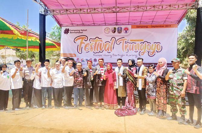 BERSEMANGAT: Tim penilai dari Kemenpora dan Dispora Jatim (pakai pesak) foto bersama dengan pimpinan OPD yang berkontribusi dalam kegiatan Festival Trunojoyo.