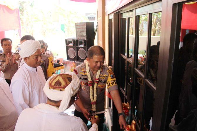 BARU: Kapolres Sampang AKBP Budi Wardiman memotong pita sebagai tanda gedung baru Polsek Tambelangan diresmikankemarin.