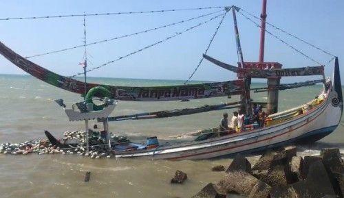KARAM: Perahu nelayan Pasongsongan rusak usai dihantam angin dan ombak, Jumat (13/9).