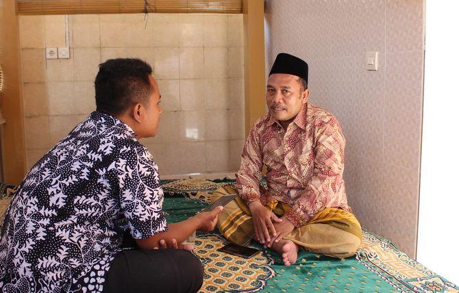 GIGIH: Jurnalis JPRM Prengki Wirananda (batik) berbincang dengan Ahmadi Romli di kediamannya Desa Waru Barat, Kecamatan Waru, kemarin.