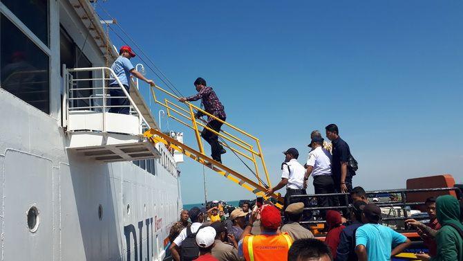 TIDAK NORMAL: Sebuah mobil pikap digunakan sebagai sandaran tangga Kapal Dharma Kartika III untuk menaikkan dan menurunkan penumpang di pelabuhan Taddan, Camplong, Sampang, Kamis (12/9).