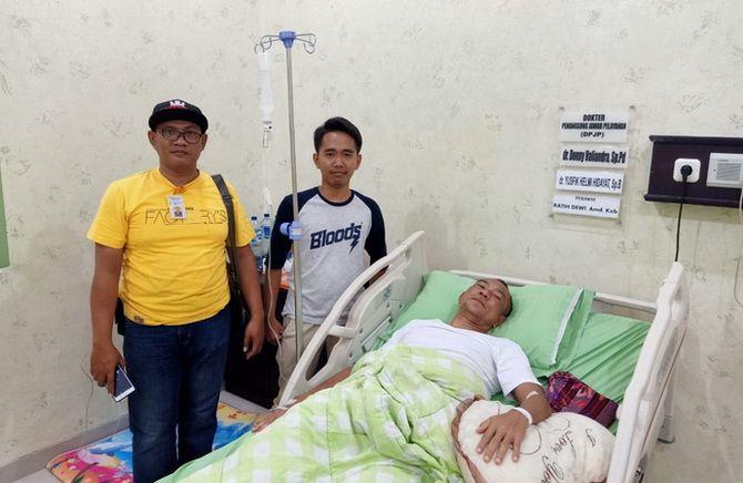 TERBARING LEMAS: Tersangka program etawa Mulyanto Dahlan (terbaring) menjalani perawatan intensif di RSUD Syamrabu kemarin.