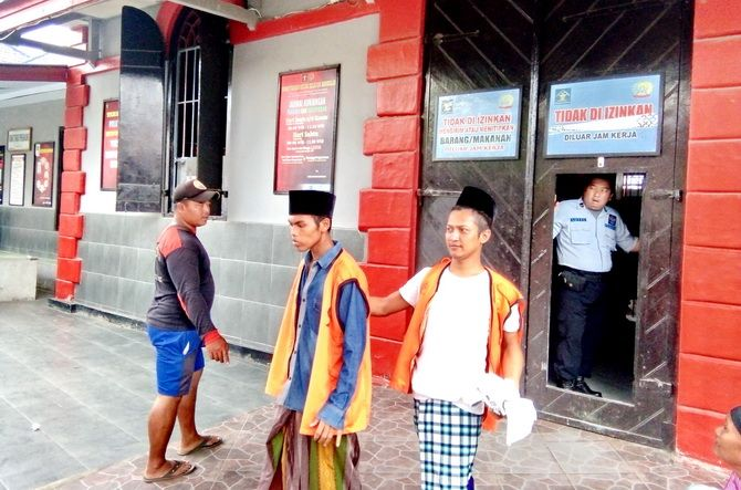 KETAT: Tahanan keluar dari Rutan Kelas II-B Bangkalan kemarin.