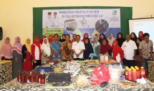 SOLID: Wahyu Prihartono (tengah baju putih) foto bareng pelaku IKM, Rabu (18/9) sekitar pukul 09.00.
