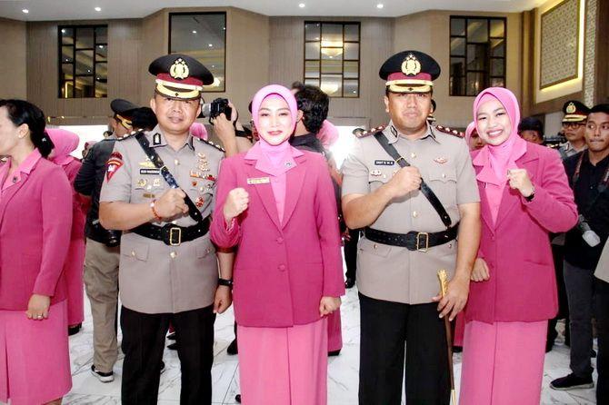 SUKSES: Kapolres Sampang AKBP Budi Wardiman didampingi istri berjabat tangandengan Kapolda Jawa Timur Irjen Pol Luki Hermawan dalam sertijab kemarin.