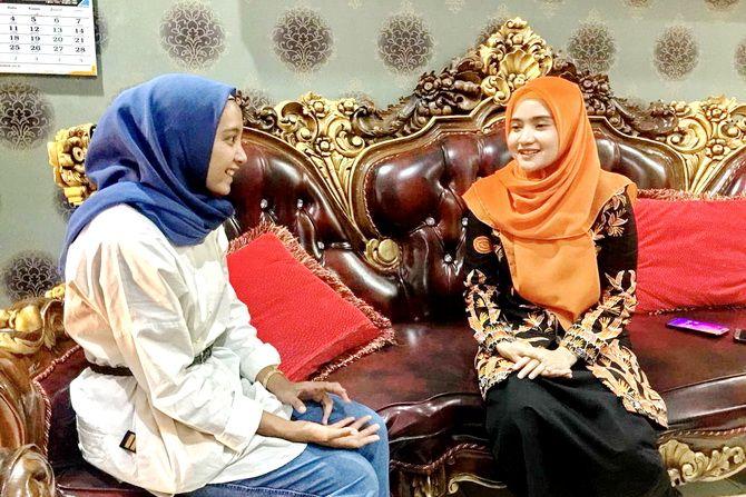 CERIA: Tim event JPRM Riskiani Putri Akisa (kiri) berbincang dengan Nia Kurnia Fauzi di kediamannya di Jalan dr Cipto kemarin.