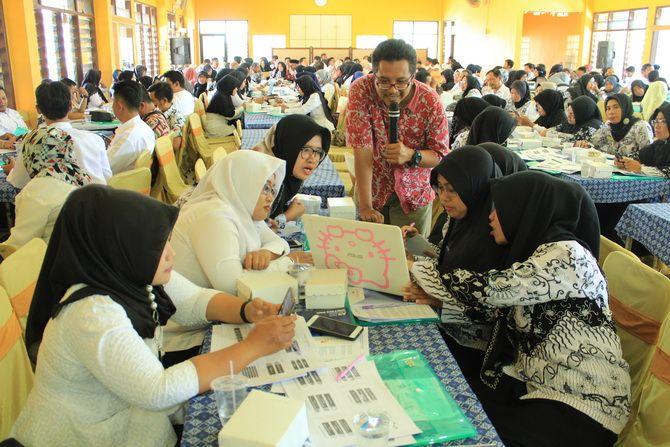 TELATEN: Pemateri Muhammad Yusuf memberikan penugasan kepada peserta Ayo Menulis di Gedung PKPN Bangkalan kemarin.