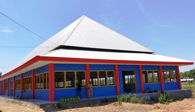 MUBAZIR: Warga berada di emper gedung sentra batik di Desa Klampar, Kecamatan Proppo, Pamekasan, kemarin.