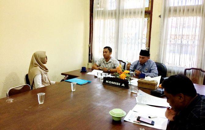 MINTA KEADILAN: Lilik Yuliatin Hartatik mengadu ke Komisi A DPRD Bangkalan kemarin.