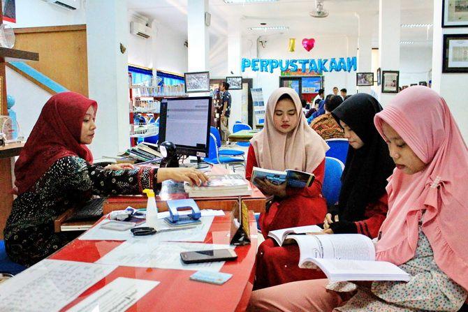 RAJIN PANGKAL PANDAI: Beberapa pengunjung tampak khusyuk membaca buku di lantai satu gedung Dinas Perpustakaan dan Kerasipan (DPK) Pamekasan kemarin.