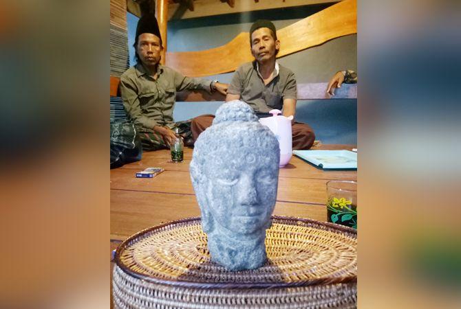 SAKSI SEJARAH: Warga menyaksikan langsung penampakan arca yang ditemukan Jupri di Desa Ambat, Kecamatan Tlanakan, Pamekasan, kemarin.