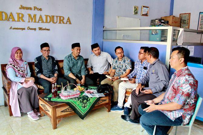 AKRAB: Kepala JPRM Biro Sampang Hendriyanto (tiga dari kanan) berbincang dengan Komisioner KPU Jatim (tiga dari kiri) dan ketua serta Komisioner KPU Sampang kemarin.