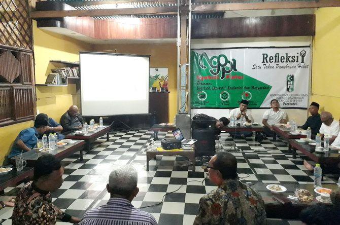 BERDIALOG: Sejumlah masyarakat, politisi, dan OPD hadir pada acara refleksi satu tahun kepemimpinan Berbaur di Kedai 11-12 pada Senin Malam (7/10).