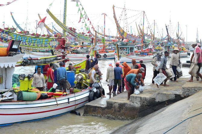 PEJUANG LAUTAN: Sejumlah nelayan berada di tambat labuh Pelabuhan Desa/Kecamatan Pasongsongan, Sumenep, kemarin.