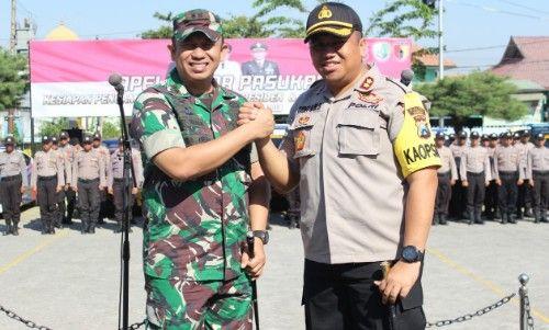 SINERGI: Kapolres Sampang salam komando dengan Dandim Sampang.