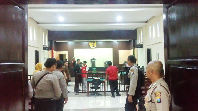 DIJAGA KETAT: Muarah bergegas keluar dari ruang sidang usai majelis hakim PN Sampang membacakan vonis kemarin.