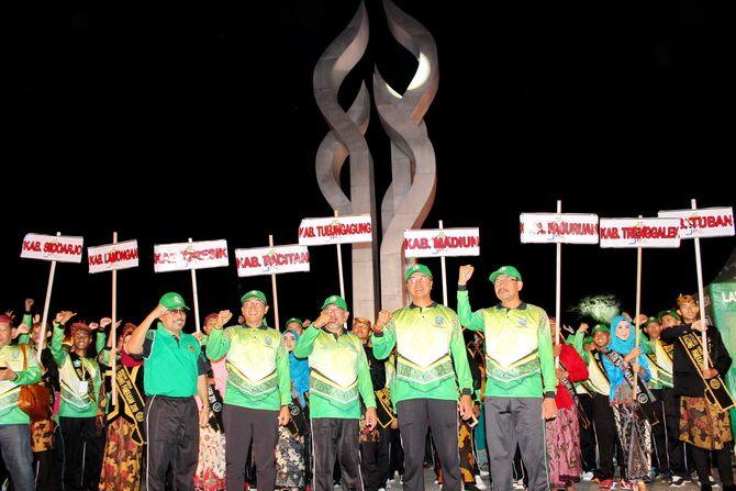 KOMPAK: Pejabat Pemkab Pamekasan dan Pemprov Jatim berfoto bersama di depan tugu Arek Lancor Sabtu malam (19/10).