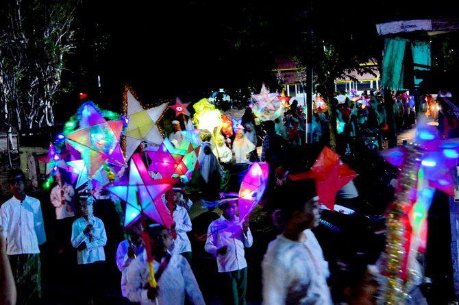 KELAP-KELIP: Ribuan santri membawa lampion saat pawai di Jalan Raya Kalianget, Sumenep, Sabtu malam (19/10).