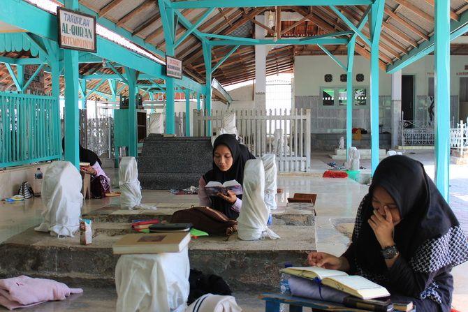 KHUSYUK: Para peziarah mengaji di Asta Syekh Abu Syamsuddin, di Dusun Batu Ampar, Desa Pangbatok, Kecamatan Proppo, Kamis (25/10).