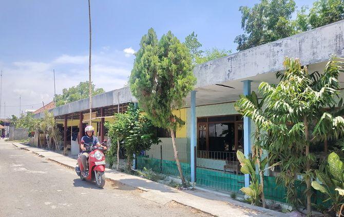 SEPI: Pengendara melintas di depan salah satu rumah kos di Jalan Rajawali, Kota Sampang, kemarin.