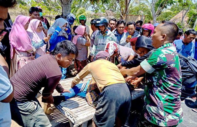 TRAGIS: Warga melihat jenazah Mohammad Arief usai terlindas truk bermuatan pasir di Jalan Raya Desa Larangan Badung, Kecamatan Palengaan, kemarin.