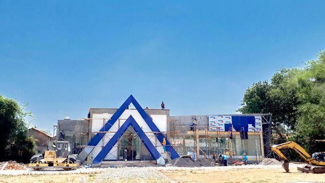 MOLOR: Tukang mengerjakan pembangunan gedung dekranasda di sebelah timur GOR Wijaya Kusuma, Sampang, kemarin.