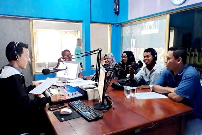 MENGUDARA: Kru JPRM Biro Pamekasan diwawancarai penyiar Ralita FM kemarin.