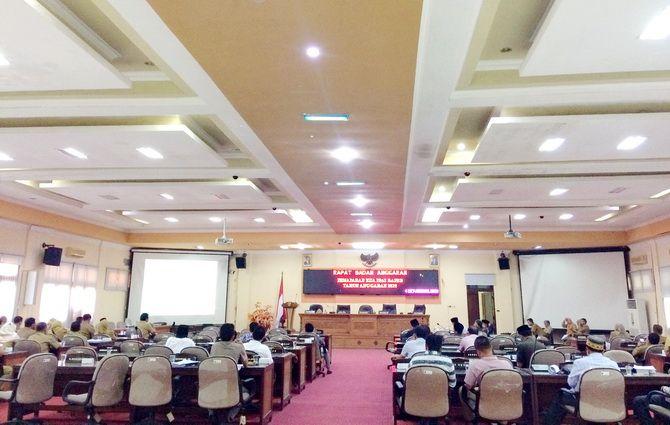 SERIUS: Sejumlah anggota dewan mendengarkan pemaparan KUA-PPAS 2020 dari Ketua Timgar Pemkab Bangkalan Setijabudhi kemarin.