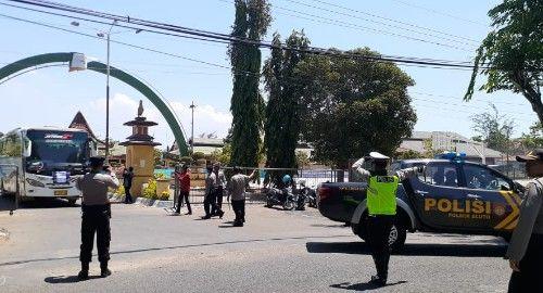 SIGAP: Polisi mengamankan penggeseran pasukan TNI, Polri, dan Linmas menuju lokasi pilkades.