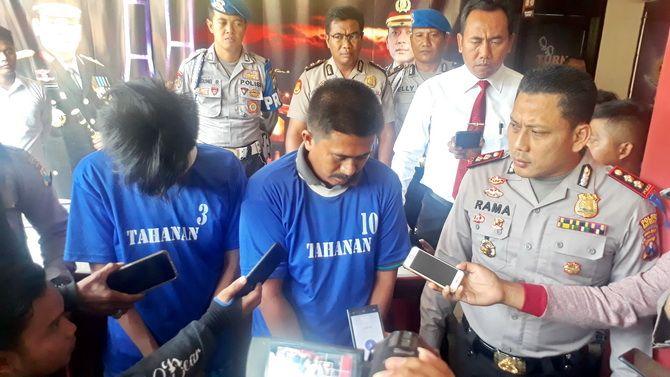 BEBERKAN KE PUBRIK: Kapolres Bangkalan AKBP Rama Samtama Putra menginterogasi Mu'tasyim bin Sa'id dan Moh. Ilmiyanto kemarin siang.