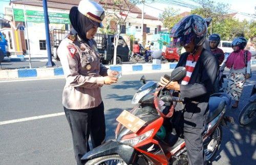 TELITI: Pengemudi motor dinas berpakaian Sakera distop polisi untuk diperiksa kelengkapan surat kendaraannya.