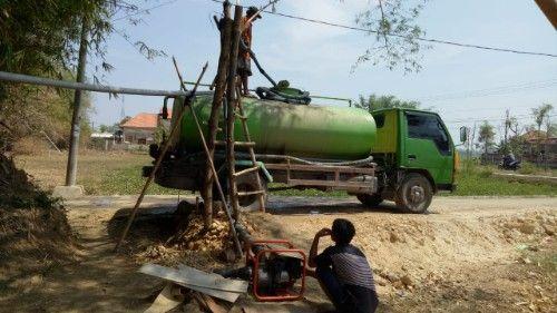 LAYANI PESANAN: Pemilik sumur bor di Desa Aeng Taber, Kecamatan Tanjungbumi saat mengisi tangki, Jumat (8/11) sekitar pukul 09.45.