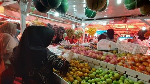 DIMINATI: Warga memilih buah saat belanja di Pasar Anom, Jumat (8/11).
