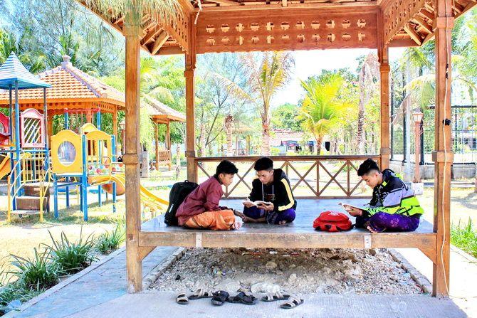 BUTUH BACAAN: Pengunjung membaca buku yang dibawa ke RTH Gladak Anyar di Kecamatan Kota kemarin.