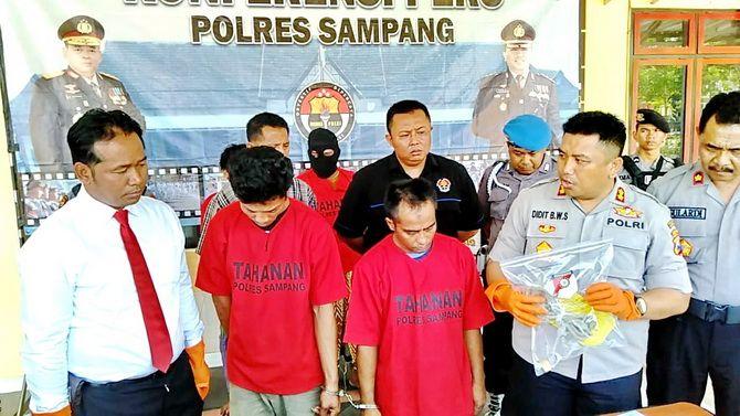 TAK BERKUTIK: Dua pencuri sapi, Abdul Azis dan Sholehudin diinterograsi oleh Kapolres Sampang AKBP Didit Bambang Wibowo Saputro kemarin.