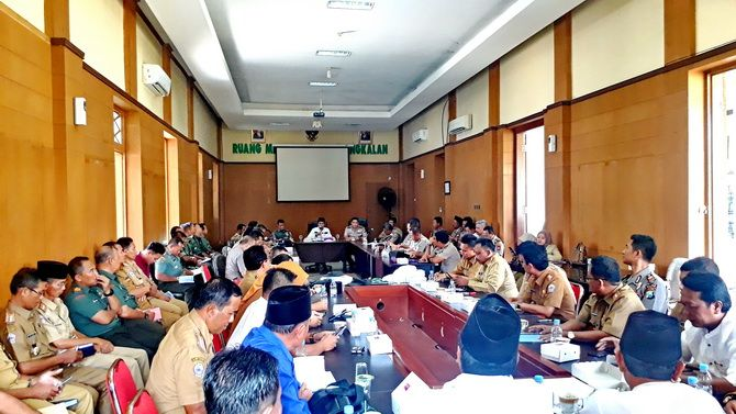 SERIUS: Bupati Abdul Latif Amin Imron memimpin rapat pemilihan anggota BPD di ruang meeting Pendapa Agung Bangkalan kemarin siang.