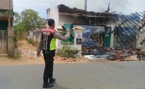 DISTERILKAN: Polisi mengamankan lokasi terbakarnya kios.