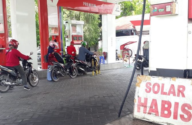 KOSONG: Bahan bakar minyak jenis solar di SPBU Kangenan kosong, Selasa (12/11).