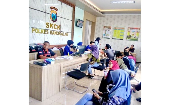 ANTRE: Pemohon SKCK menunggu giliran dilayani petugas di Mapolres Bangkalan kemarin.