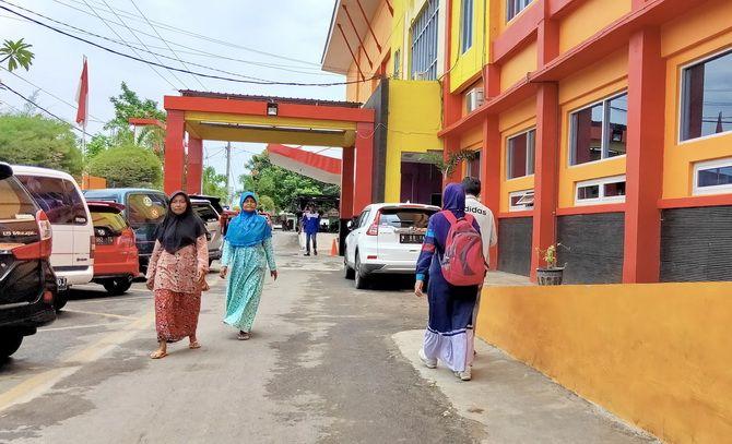 BELUM JADI RUJUKAN: Warga berjalan di halaman RSU Mohamamd Noer, Jalan Bonorogo, Kelurahan Lawangan Daya, Kecamatan Pademawu, Pamekasan, kemarin.