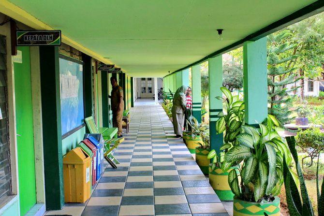 TEDUH: Pegawai berada di teras kantor Dinas Lingkungan Hidup (DLH) Pamekasan Jumat (15/11).